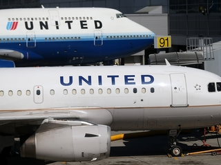 Woman jumps from plane on United Airlines flight